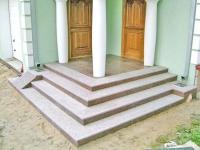 Широкое бетонное крыльцо
