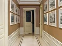 Сочетание бежевого и коричневого цвета обоев в интерьере коридора
