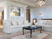 Бежево-голубые обои для большой гостиной