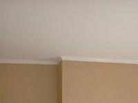 Узкий потолочный плинтус белого цвета