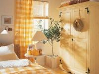 Желто-белые солнечные шторы для светлой спальни