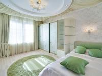 Декор для подвесного потолка спальни и шторы в одной цветовой гамме