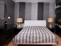 Оттенки серого для штор в полоску в монохромной спальне
