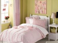 Сочетание розовых штор с оливковым цветом отделки стен спальни