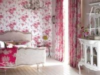 Дизайн спальни с одним рисунком для штор и отделки стен