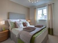 Двухцветные бежево-горчичные шторы в пастельных тонах оформления спальни