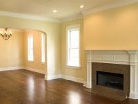 Широкие плинтуса белого цвета для потолка и пола