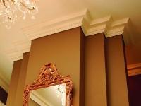 Широкий многоступенчатый плинтус для потолка