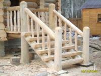 Деревянное крыльцо на опорных столбах