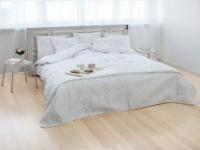 Спальня в светлых тонах с ясеневым паркетом на полу