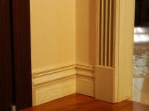 Высокий деревянный плинтус