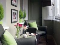 Спокойные зеленые оттенки располагают к отдыху на балконе