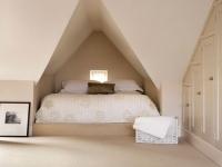 Спальная кровать в нише на мансарде