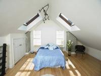 Естественное освещение спальни на мансарде