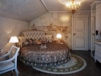 Размещение кровати круглой формы на мансарде