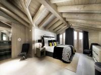 Спальня на мансарде в деревенском стиле