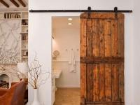 Деревянная дверь раздвижного типа в санузел