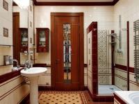 Распашная дверь со стеклянной вставкой в санузле