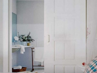 Деревянная раздвижная дверь санузла
