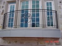 Французский кованный балкон в загородном доме