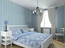 Отделка стен спальни голубыми в полоску обоями