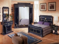 Оригинальная инкрустированная мебель синего цвета в спальне