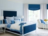 Текстиль синего и белого цвета в оформлении спальни