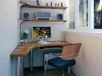 Удобный угловой стол поможет максимально полезно использовать пространство балкона под кабинет