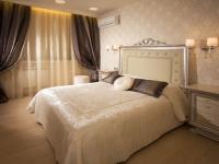 Отделка стен классической спальни обоями с орнаментом