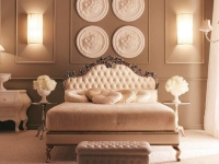 Украшение стен классической спальни лепниной