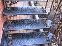 Кованые ступеньки и перила крыльца