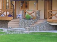 Высокое крыльцо с двумя лестницами