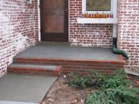 Крыльцо дома из кирпича и бетона