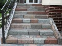 Лестница крыльца с каменными ступенями