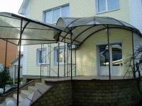 Крыльцо с навесом из сотового поликарбоната