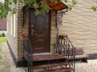 Крыльцо дома с коваными элементами