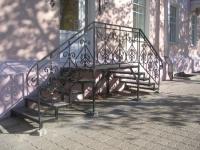 Двухсторонняя металлическая лестница крыльца