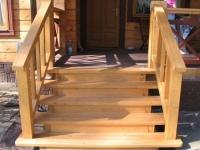 Лестница крыльца с деревянными ступенями и поручнями