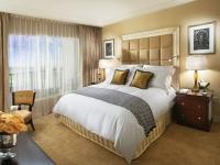 Установка в малогабаритной спальне кровати без спинок