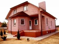 Дом из кирпича с бетонным крыльцом