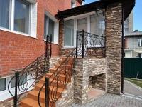 Лестница с коваными перилами для крыльца кирпичного дома