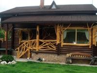 Бревенчатый дом с крыльцом из веток