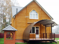 Крыльцо на металлическом каркасе для дома из бревен
