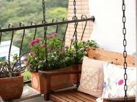 Деревянная подвесная лавочка для отдыха на балконе