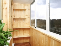Деревянные полки на балконе