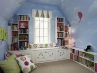 Книжные полки в детской на мансардном этаже