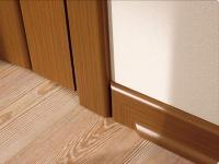 Напольный плинтус подобран под цвет двери и наличников