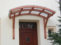 Деревянный козырек над входной дверью