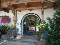 Деревянный широкий козырек над входом в дом