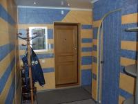 Отделка стен прихожей голубыми и бежевыми обоями